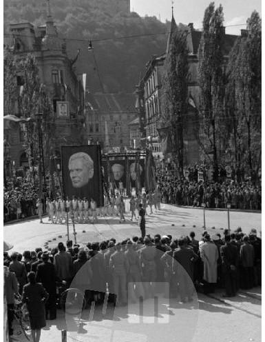 FS5377_17a: Parada na Prešernovem trgu v Ljubljani, 1.5.1950, foto Zvone Mahovič.