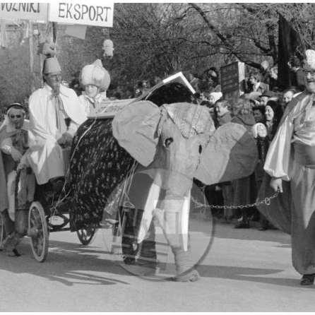 MC750203_20a; Nedelja, 9.2.1975: Trgovci iz daljnega Vzhoda so na Bledu ponujali izvozno - uvozne storitve. Foto: Marjan Ciglič.