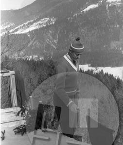 DE1399_052: Janez Polda, šestkratni državni prvak, ki je trikrat sodeloval na olimpijskih igrah in dvakrat na svetovnih prvenstvih, je tekmoval med leti 1947 in 1956. Na posnetku kot starter na odskočni mizi leta 1957. Po Poldovi tragični smrti leta 1964 so po njem poimenovali mednarodni memorial, ki so ga prirejali v Planici v letih med 1965 in 1980. Foto: Miloš Švabić