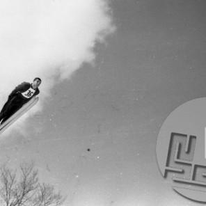 DE2812_30: Marjan Pečar leta 1960 – bil je med prvimi Slovenci, ki so pričeli skakati z rokami ob telesu in skakalec, ki je slovel po najlepšem slogu. Foto: Svetozar Busić