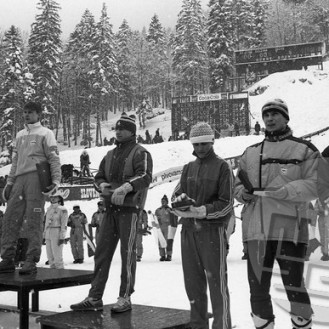 DE7472_831: 3. svetovno prvenstvo v poletih v Planici leta 1985. Rezultati 1. tekmovalnega dne, 16. marca 1985. Najboljši skakalci – od leve: drugouvrščeni vzhodni Nemec Jens Weissfglog, svetovni prvak in rekorder Finec Matti Nykänen (191 m), tretja in četrta Čeha Pavel Ploc in Ladislav Dluhoš ter domača skakalca Miran Tepeš kot peti in šesti Primož Ulaga. Foto: Dragan Arrigler