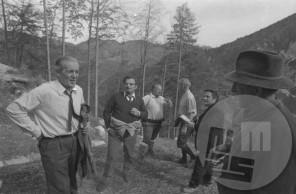 es-974-5: Ogled nove planiške velikanke v oktobru 1971, pred 1. svetovnim prvenstvom v poletih leta 1972. Na posnetku oba konstruktorja skakalnice, brata inženirja Vlado (2. z leve) in Janez Gorišek (2. z desne), Janez Kerštajn (1. z desne), oskrbnik planiških skakalnic, 3. z leve je Emmerich Pepeunig, sekretar komiteja FIS za skoke, ob njem je tehnični delegat FIS Artur Nordlie iz Norveške, 1. z leve je Aca Konstantinović, podpredsednik Smučarske zveze Jugoslavije. Foto: Edi Šelhaus