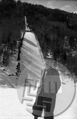 FS3690_12: Ing. Stanko Bloudek pod planiško skakalnico, največjo na svetu, ob Tednu smučarskih poletov med 17. in 24. marcem 1947. Bloudek je v letih 1935/1936 s sodelavci povečal skakalnico (odtlej imenovano mamutska), ki so jo leta 1934 zgradili po načrtih inženirja Ivana Rožmana. Foto: Marijan Pfeifer