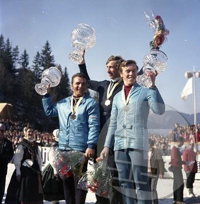 FS4265_131: Trije najboljši skakalci na 1. svetovnem prvenstvu v poletih v Planici 26. 3. 1972 – z leve: Čeh Jiři Raška je zasedel drugo mesto, prvi je bil Švicar Walter Steiner in tretji vzhodni Nemec Heinz Wosipivo. Foto: Leon Jere