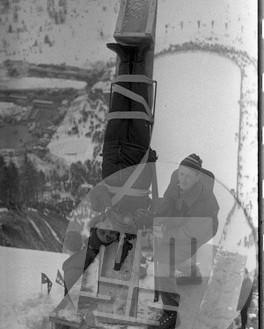MC690301_6: Pripravljen za nenavadni posnetek skakalca med skokom. Teden smuških poletov na novi planiški letalnici marca 1969. Foto: Marjan Ciglič