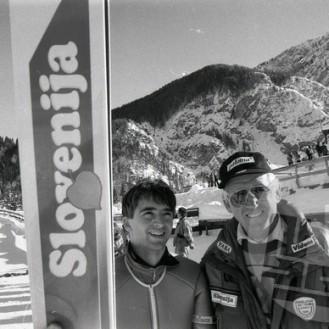 NB951_054: Franci Petek, eden izmed najboljših slovenskih skakalcev vseh časov, z direktorjem nordijskih smučarskih reprezentanc Lojzetom Gorjancem, tudi nekdanjim skakalcem, na svetovnem pokalu v poletih v Planici med 23.–24. marcem 1991. Petek je pred tem februarja 1991 v Val di Fiemme-ju v Italiji postal svetovni prvak. Foto: Nace Bizilj