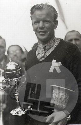 SL119_4: Sigmund Ruud z vazo za osvojeno drugo mesto in pokalom za najdaljši skok 86,5 m v konkurenci na prvem mednarodnem tekmovanju v Planici leta 1934. Njegov brat Birger je zmagal in izven konkurence s skokom 92 m postavil svetovni rekord. Tekmo je prenašal tudi ljubljanski radio, prvi reporter pa je bil prof. Drago Ulaga.