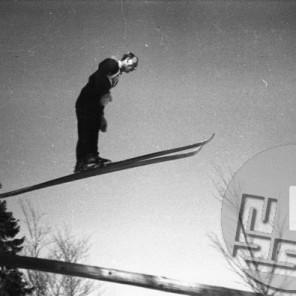 VSN_30_8-29-2-1948: Neznani skakalec leta 1948 s togo zapetimi smučmi, ki niso dopuščale drže naprej. Foto: Vlastja Simončič.