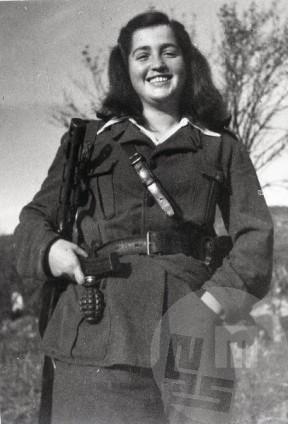 Neznana partizanka, fotografirana v oktobru 1944.