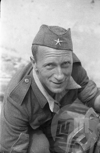 Orožar 9. korpusa pri preizkušanju partopa, Čepin Jože-Marko v Cerknem leta 1944. Foto: Čoro Škodlar