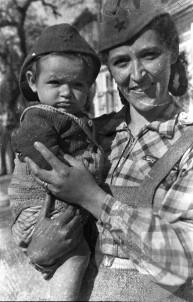 Ženska z otrokom, s titovkama na glavi. Foto: France Cerar