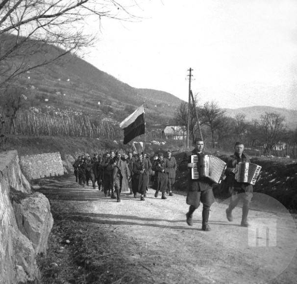 14. divizija je konec decembra 1943 odšla s Kočevskega v Belo krajino, da se pripravi za odhod na Štajersko. Enote 14. divzije na poti proti Suhorju v Beli krajini 30. decembra 1943. Foto: Gojko Pipenbacher