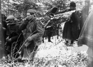 Prenos ranjencev na Graški gori 21. februarja 1944. Foto: Jože Petek