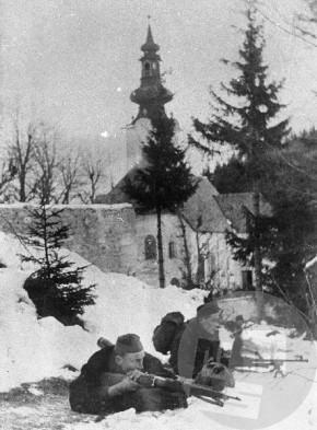 Borci 14. divizije na položajih pri Sv. Joštu na Paškem Kozjaku 16. februarja 1944. Foto: Jože Petek