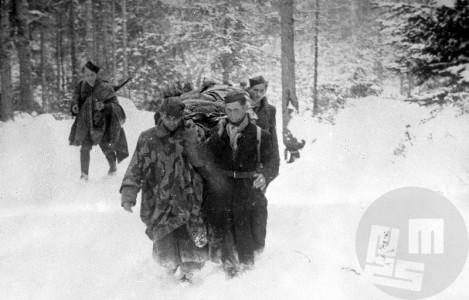 Prenos ranjencev z Graške gore 21. februarja 1944. Foto: Jože Petek