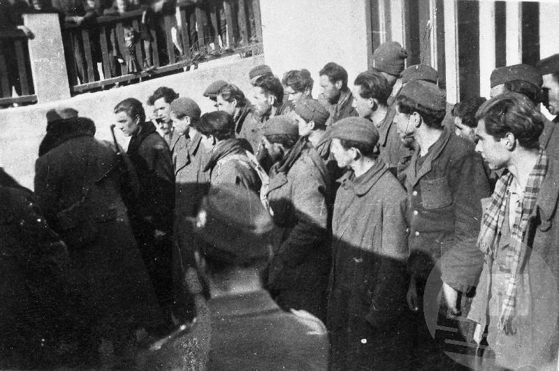 Ujeti borci 14. divizije pred orožniško postajo v Ljubnem v drugi polovici februarja 1944.