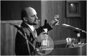Dob_12, Zmago Jelinčič nazdravlja v Parlamentu, november 1993.