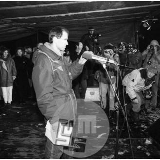 Dob_16, Janez Janša govori na zborovanju na Trgu republike 21. 11. 1988.
