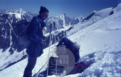 Kazimir Drašlar-Mikec in Franc Štupnik-Cicko na Lunku na poti na najvišji vrh, ki ga je osvojila odprava – Lunko-i-Dosore (6902 m) in sicer so po dogovoru nanj stopili skupaj z Avstrijci. Foto: Aleš Kunaver.