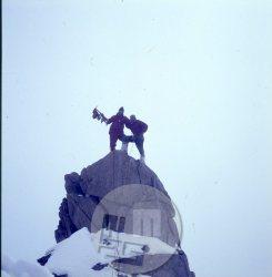 Na vrh Koh-i-Miani (5860 m) sta sočasno po dogovoru prišli celotni Jugoslovanski in avstrijski navezi. Na posnetku na levi član avstrijske odprave, na desni Anton Sazonov-Tonač, držita cepin z jugoslovansko, avstrijsko in afgansko zastavo. Foto: Stane Belak-Šrauf?