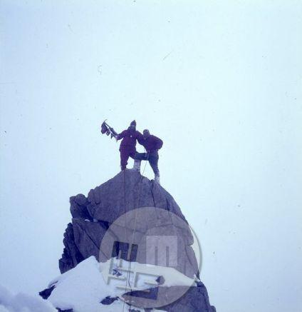 Spominski posnetek: na desni Anton Sazonov-Tonač, član jugoslovanske odprave, na levi član avstrijske odprave. Obe odpravi sta bili leta 1968 sočasno v gorah Hindukuša. Foto: Stane Belak-Šrauf?