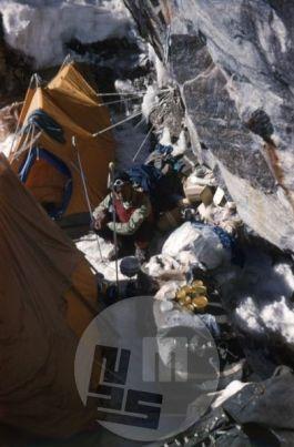 KA_221: Tabor I so postavili na varnem kraju pod granitnim previsom. Ob šotoru eden od dveh Šerp Lakpa Tensing. Foto: Aleš Kunaver.