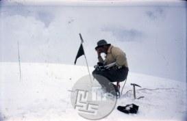 Aleš Kunaver na vrhu Trisula II (6690 m) 5. 6. 1960 – prvenstveni vzpon, dotlej najvišji osvojeni jugoslovanski vrh. Aleš je na tej odpravi s kamero na posnetku posnel prvi jugoslovanski himalajski film. Foto: Ante Mahkota
