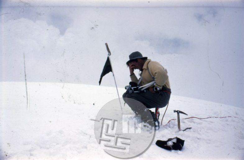 KA_243: Aleš Kunaver na vrhu Trisula II (6690 m) 5. 6. 1960 – prvenstveni vzpon, dotlej najvišji osvojeni jugoslovanski vrh. Aleš je na tej odpravi s kamero na posnetku posnel prvi jugoslovanski himalajski film. Foto: Ante Mahkota