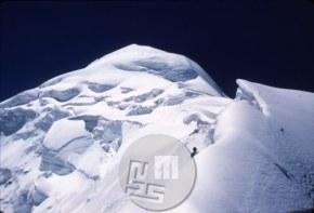 Vrh Trisula III (6170 m) je bil ves zguban in leden. Na njegov vrh so se 7. 6. 1960 prvi povzpeli (prvenstveni vzpon) Marjan Keršič-Belač, Aleš Kunaver in Ante Mahkota. Foto: Aleš Kunaver.