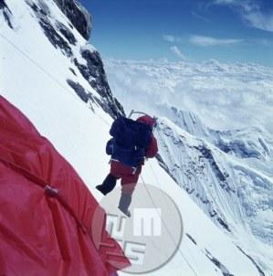 Pri taboru IV – 7500 m v strmi steni Makaluja. Foto: Aleš Kunaver.