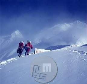 KA_2635: Do taborov na gori je bilo potrebno prinesti tudi kisikove bombe, ki so jih potrebovali za vzpon na vrh. Dosegli so dva vrhova Anapurn - vrh Anapurne II , v ozadju levo in vrh Anapurne IV- na desni. Foto: Aleš Kunaver.