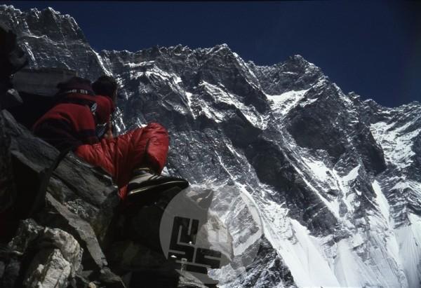Z razgledne točke so opazovali dogajanje v do tedaj še nepreplezani južni steni Lhotseja, čez katero so neprestano grmeli plazovi. Na posnetku Vanja Matijevec (desni) in Filip Bence. Foto: Aleš Kunaver.