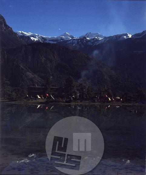 Pogled na poslopje prve alpinistične šole v Nepalu (v Manangu pod Anapurnami), imenovane tudi Šola Aleša Kunaverja, ki je bil pobudnik ustanovitve te šole l. 1979 in organizator njene gradnje. Foto: Aleš Kunaver