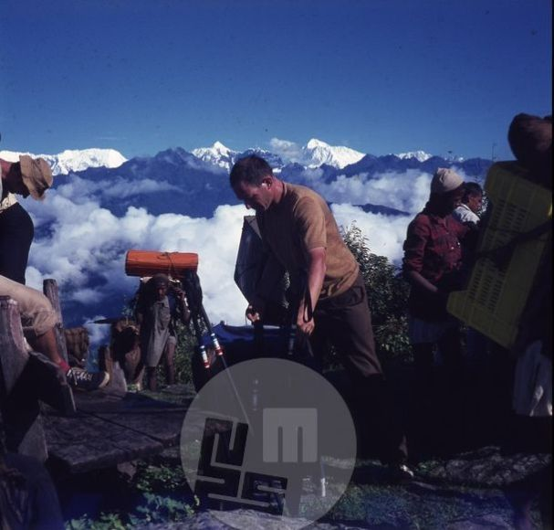 Počitek odprave med potjo na Makalu. V sredi vodja Aleš Kunaver, desno od njega zadaj vrh Makaluja. Foto: Aleš Kunaver.