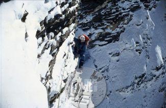 KA_3233: Vanja Matijevec v steni Lhotseja v prečnici v »Daljnogledu« nad taborom I na višini okrog 6000 m. Foto: Aleš Kunaver.