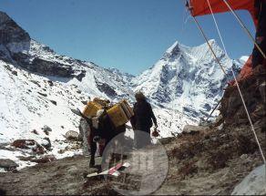 KA_3285: Transport tovora do baznega tabora pod južno steno Lhotseja. Foto: Aleš Kunaver.