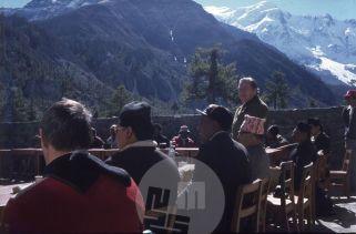 Uradno odprtje prve alpinistične šole v Nepalu (v Manangu pod Anapurnami), imenovane tudi Šola Aleša Kunaverja (Kunaver prvi z leve) 13. 11. 1980. Foto: Danilo Cedilnik?