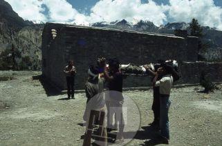 Prvi tečaj (pouk prve pomoči) v šoli za nepalske alpinistične vodnike v Manangu jeseni 1979. V ozadju alpinist in eden od prvih inštruktorjev Danilo Cedilnik-Den. Foto: Aleš Kunaver