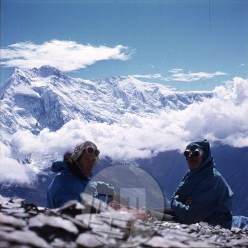 KA_3555: Aleš Kunaver (na levi) v gorah nad mananško šolo za gorske vodnike. Foto: neznan.