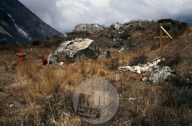 Spominska plošča Nejcu Zaplotniku in Anteju Bućanu, ki sta umrla 24. 4. 1983 pod ledenim plazom med vzponom na Manaslu. Na desni je obeležje Poljaku, še eni žrtvi gore. Foto: Aleš Kunaver.