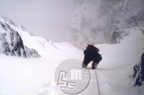 KA_3737-Franček Knez se vzpenja proti taboru VI – pogled navzdol. Z Vanjo Matijevcem sta v nemogočih razmerah 18. 5. 1981 dosegla rob južne stene Lhotseja na višini 8100 m – do tedaj najtežji poseg v Himalaji. Foto: Vanja Matijevec.