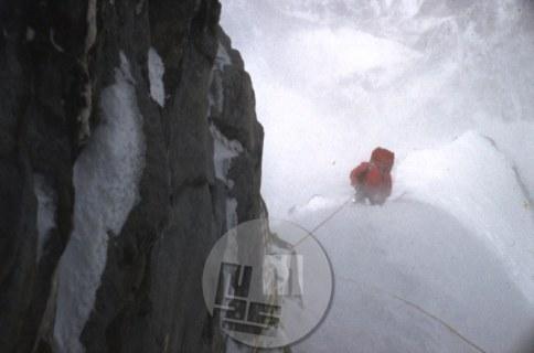 Plezalec vstopa v kamin nad taborom IV nad 7400 m v steni Lhotseja, kjer so neprestano grmeli plazovi. Foto: Aleš Kunaver.