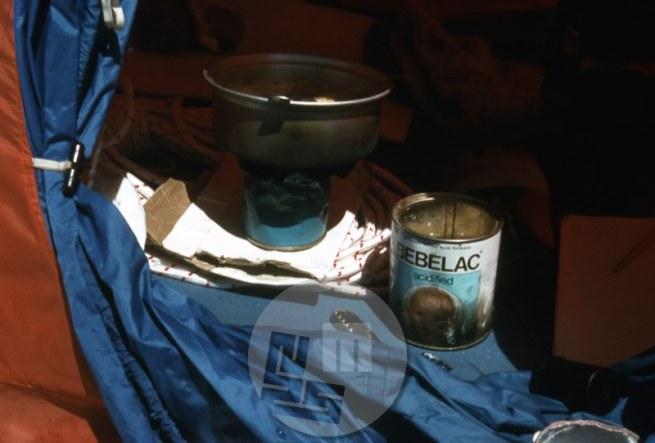 Šotor Aleša Kunaverja, v katerem je kot zaščitnica vršni navezi preživotaril tri dni, skoraj brez hrane in z malo tekočine, ki jo je pridobil s pomočjo svečke in predelane plinske bombice, saj je svoj kuhalnik dal vršni navezi. Ko se je Stipetu Božiću zlomil cepin, je Aleš svoj cepin in še nekaj hrane in opreme navezi prinesel na višino 7000 m. Foto: Aleš Kunaver.