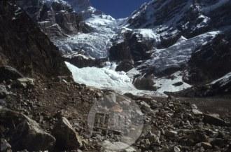 Pogled proti vrhovoma, na levi Manaslu, na desni Peak 29 in na zatrep, skozi katerega je zgrmel ledeni plaz, pod katerim je na mestu nekje v sredini fotografije našel smrt Nejc Zaplotnik. Foto: Aleš Kunaver.