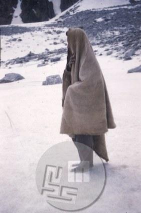KA_4234: Odprava se je morala zaradi nepričakovanega hudega sneženja umakniti z gore, pri sestopu pa so najbolj trpeli bosonogi nosači. Foto: Aleš Kunaver.