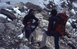 Viki Grošelj in Stipe Božić na višini ca 5000 m na Manasluju. Ker jim je plaz odnesel večino opreme, sta na vrh lahko šla le dva. Aleš Kunaver je dal prednost prijatelju in mu odstopil svojo opremo, čeprav je vedel, da je bila to njegova zadnja priložnost za vrh nad 8000 m. Foto: Aleš Kunaver.