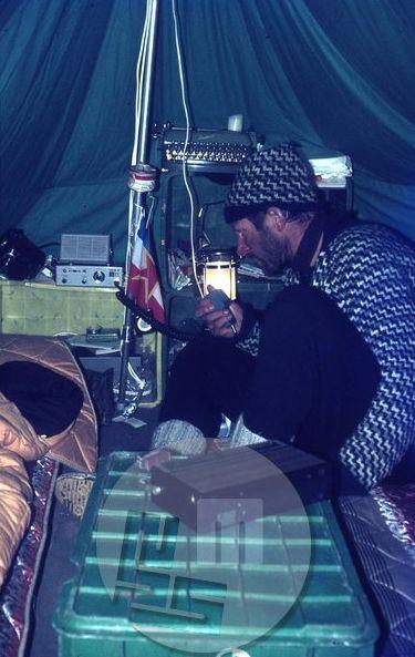 Vodja odprave Aleš Kunaver je bil ves čas v radijski zvezi s prijatelji v steni, obenem pa je z njimi tovoril opremo v tabore v steni. Foto: eden od članov odprave.