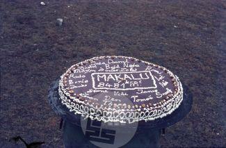 KA_4368: Vrh Makaluja je leta 1975 osvojilo sedem slovenskih alpinistov, Marjan Manfreda-Marjon celo brez kisika (svetovni rekord). Izjemen uspeh so proslavili s torto, ki jo je naredil vodja Aleš Kunaver. Foto: Aleš Kunaver.