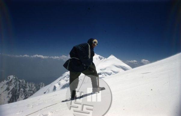 Alpinist in akademski kipar Marjan Keršič-Belač na poti proti vrhu Trisula III. Foto: Aleš Kunaver.