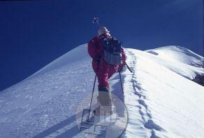 Po osvojitvi vrha Makaluja se je Stane Belak-Šrauf kot prvi Slovenec na vrhu osemtisočaka 15.10.1975 skupaj z Alešem Kunaverjem Romanom Robasom povzpel še na vrh Trekking Peaka (6150 m – prvenstveni vzpon). Foto: Aleš Kunaver.